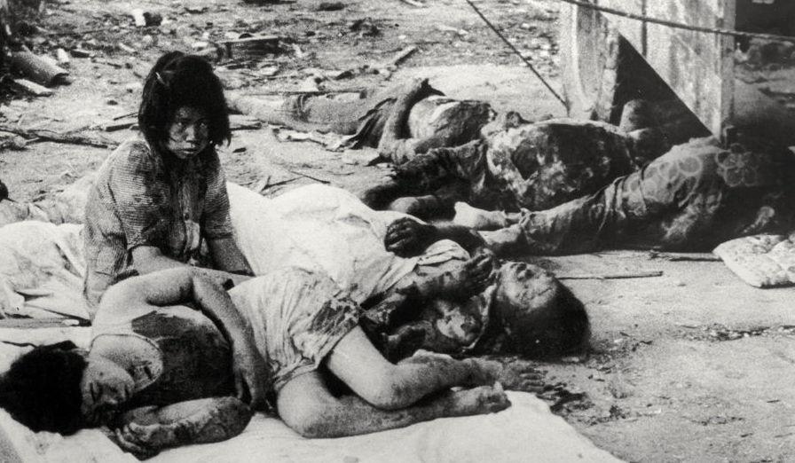 Ένα κορίτσι ανάμεσα σε πτώματα, Χιροσίμα 1945.