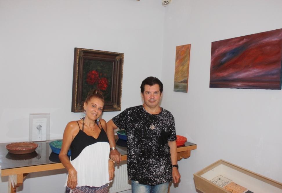 Η ζωγράφος, χαράκτρια Ζαχαρούλα Bongard με τον Κώστα Ευαγγελάτο στην έκθεση