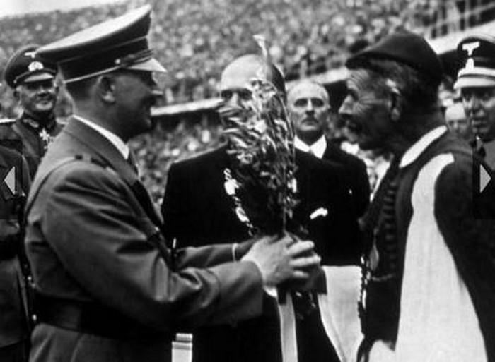 Ο Σπύρος Λούης προσφέρει ένα κλαδί ελιάς στον Αδόλφο Χίτλερ