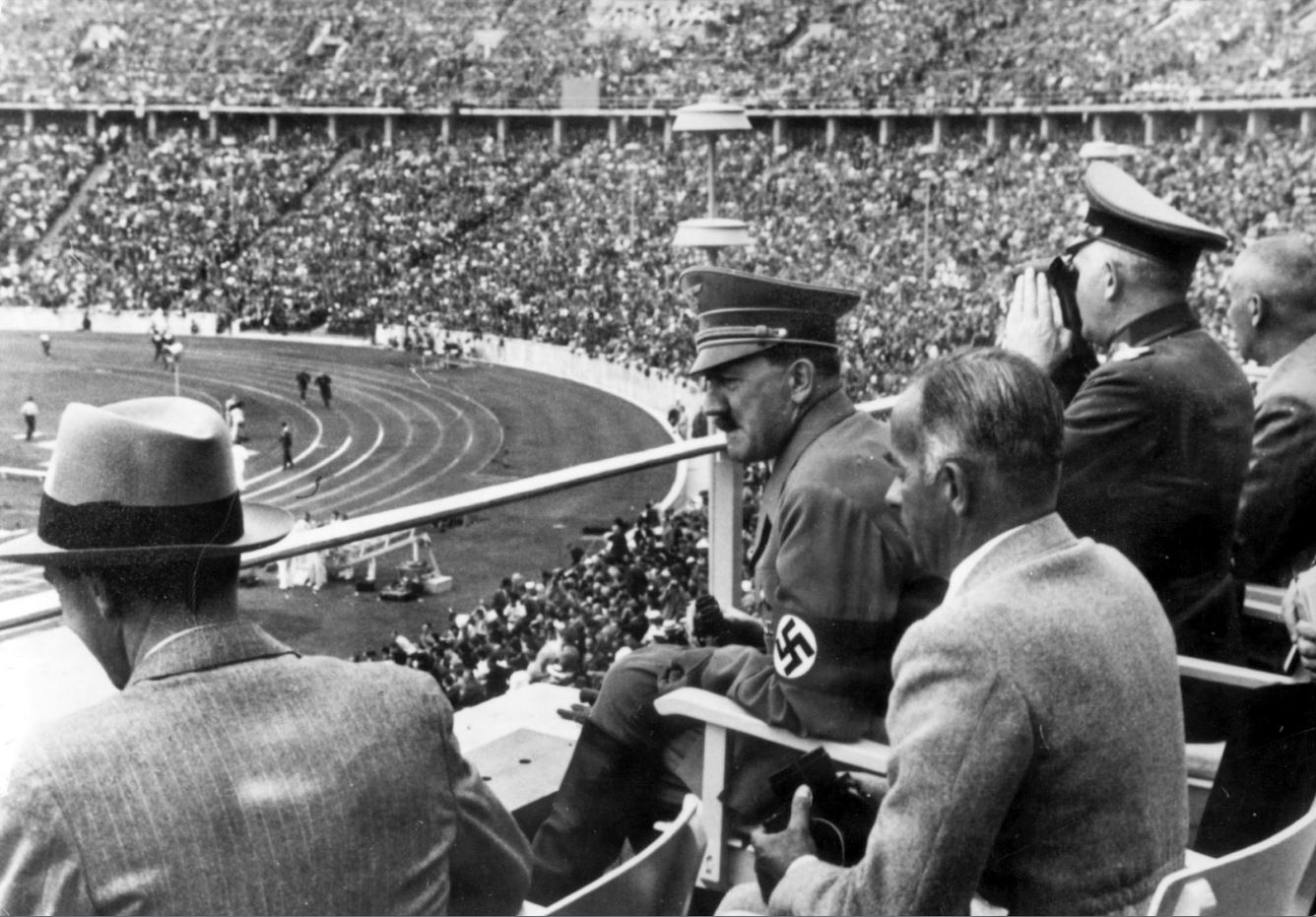 O Αδόλφος Χίτλερ, ο υπουργός προπαγάνδας Γιόζεφ Γκέμπελς, ο υπουργός Αθλητισμού Χανς φον Τσάμερ και άλλοι ανώτατοι αξιωματούχοι του Τρίτου Ράιχ παρακολουθούν την τελετή έναρξης των Ολυμπιακών Αγώνων του Βερολίνου, το 1936. (ΑP Photo) - Πηγή Καθημερινή