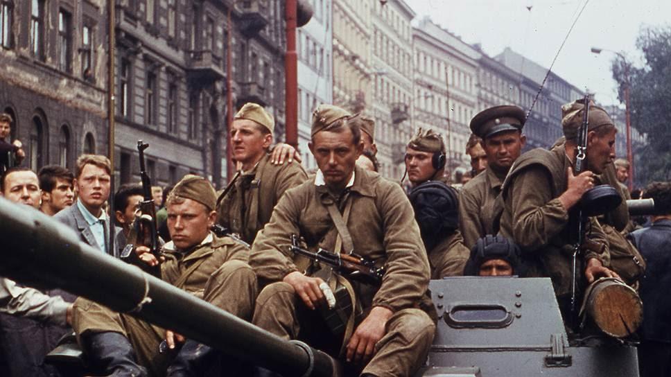 Σοβιετικοί στρατιώτες πάνω σε τεθωρακισμένο άρμα, στην Πράγα, Αύγουστος 1968.