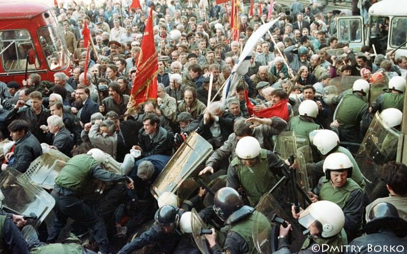 Αστυνομικές δυνάμεις συγκρούονται με διαδηλωτές που αρνούνται να υποκύψουν στο αντεπαναστατικό πραξικόπημα.