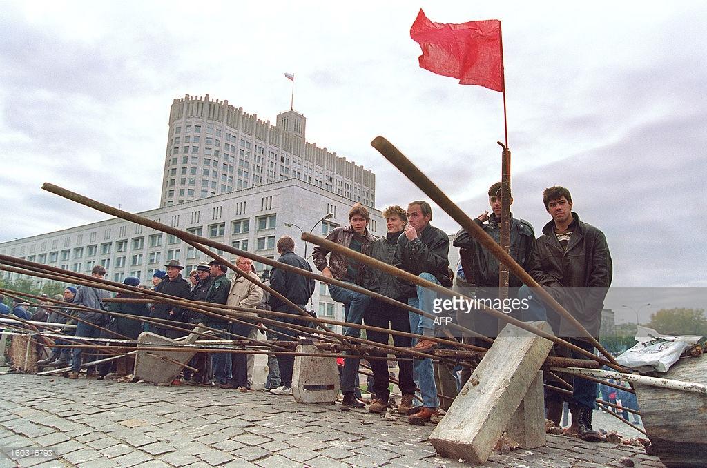 Τα οδοφράγματα της λαϊκής αντίστασης μπροστά απ' το κτίριο του Ανώτατου Σοβιέτ.