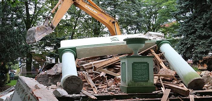 Πολωνία: «Ξαναγράφουν» την ιστορία γκρεμίζοντας σοβιετικά μνημεία