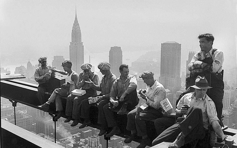 Σε μία από τις ιστορικότερες φωτογραφίες της Νέας Υόρκης, η οποία προκαλεί από μόνη της ίλιγγο, οκτώ εργάτες κάνουν διάλειμμα από τη δουλειά και παίρνουν το κολατσιό τους στην κορυφή ενός ουρανοξύστη, όντας αταραχοί με το γεγονός ότι κάθονται σε μία ατσάλινη δοκό που βρίσκεται 256 μέτρα πάνω από το έδαφος, το 1932. (ΑP Photo / Καθημερινή)