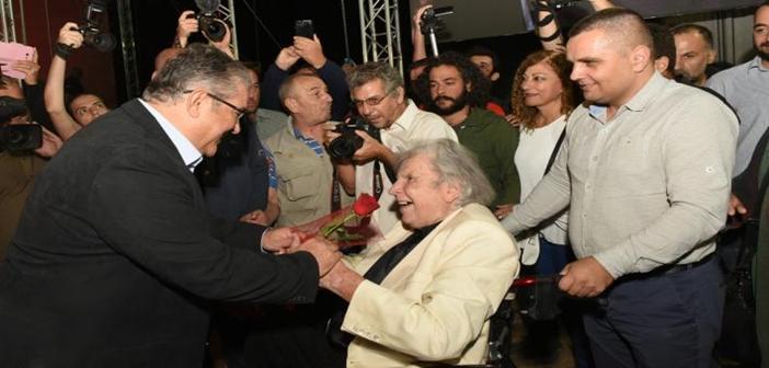 Παρών στο Φεστιβάλ ΚΝΕ-«Οδηγητή» ο Μίκης Θεοδωράκης, έγινε δεκτός με χειροκροτήματα και συγκίνηση