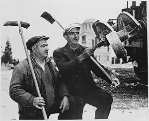 Εργάτες επιθεωρούν Αμερικανικό εκσκαπτικό μηχάνημα που χρησιμοποιήθηκε για τη βελτίωση των τηλεπικοινωνιών στην Ελλάδα, στα πλαίσια του σχεδίου Μάρσαλ