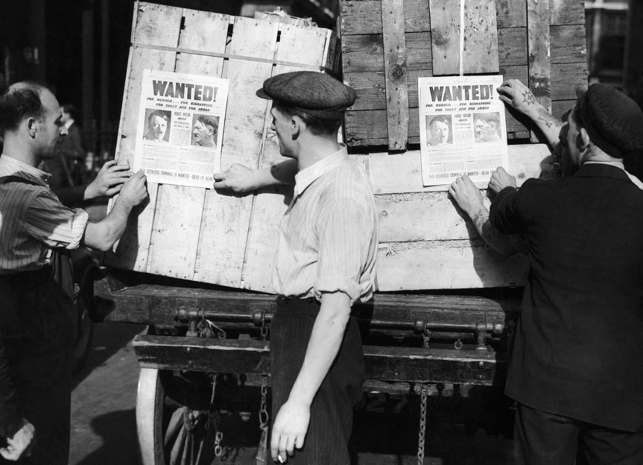 Μία μέρα αφότου η Μεγάλη Βρετανία κήρυξε τον πόλεμο στη Ναζιστική Γερμανία, το 1939, στους δρόμους του Λονδίνου εμφανίζονται αντίγραφα μίας σελίδας κάποιας τοπικής εφημερίδας, η όποια παρουσιάζει τον Χίτλερ ως καταζητούμενο ζωντανό ή νεκρό, παρουσιάζοντας τα ήδη αμέτρητα εγκλήματα του Γερμανού δικτάτορα. (Καθημερινή / AP Photo)