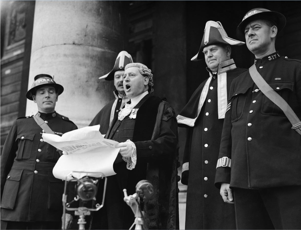Η κήρυξη πολέμου της Μεγάλης Βρετανίας στη Ναζιστική Γερμανία ανακοινώνεται δημόσια έξω από το κτίριο Royal Exchange του Λονδίνου, το 1939. (Καθημερινή / AP Photo)