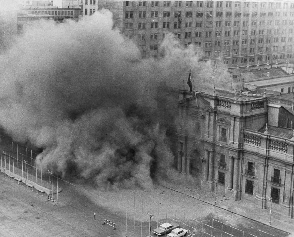 Το προεδρικό μέγαρο της Χιλής βομβαρδίζεται κατά τη διάρκεια του στρατιωτικού πραξικοπήματος του στρατηγού Αουγκούστο Πινοσέτ, στο Σαντιάγο, στις 11/9/1973 (Πηγή φωτό: Καθημερινή)