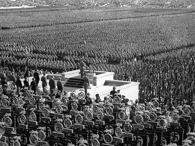 Πάνω από 100.000 μέλη των Ταγμάτων Εφόδου (SA) του Εθνικοσοσιαλιστικού Κόμματος, των παραστρατιωτικών ομάδων κρούσης του NSDAP, έχουν συγκεντρωθεί στην Αρένα του Λεοπόλδου, στη Νυρεμβέργη, για να ακούσουν την ομιλία του Αδόλφου Χίτλερ, το 1935. Τα συγκεκριμένα τάγματα αποδυναμώθηκαν σημαντικά μετά τη Νύχτα των Μεγάλων Μαχαιριών το 1934, όταν δολοφονήθηκαν περίπου 200 ανώτατα στελέχη τους. (AP Photo) - Καθημερινή