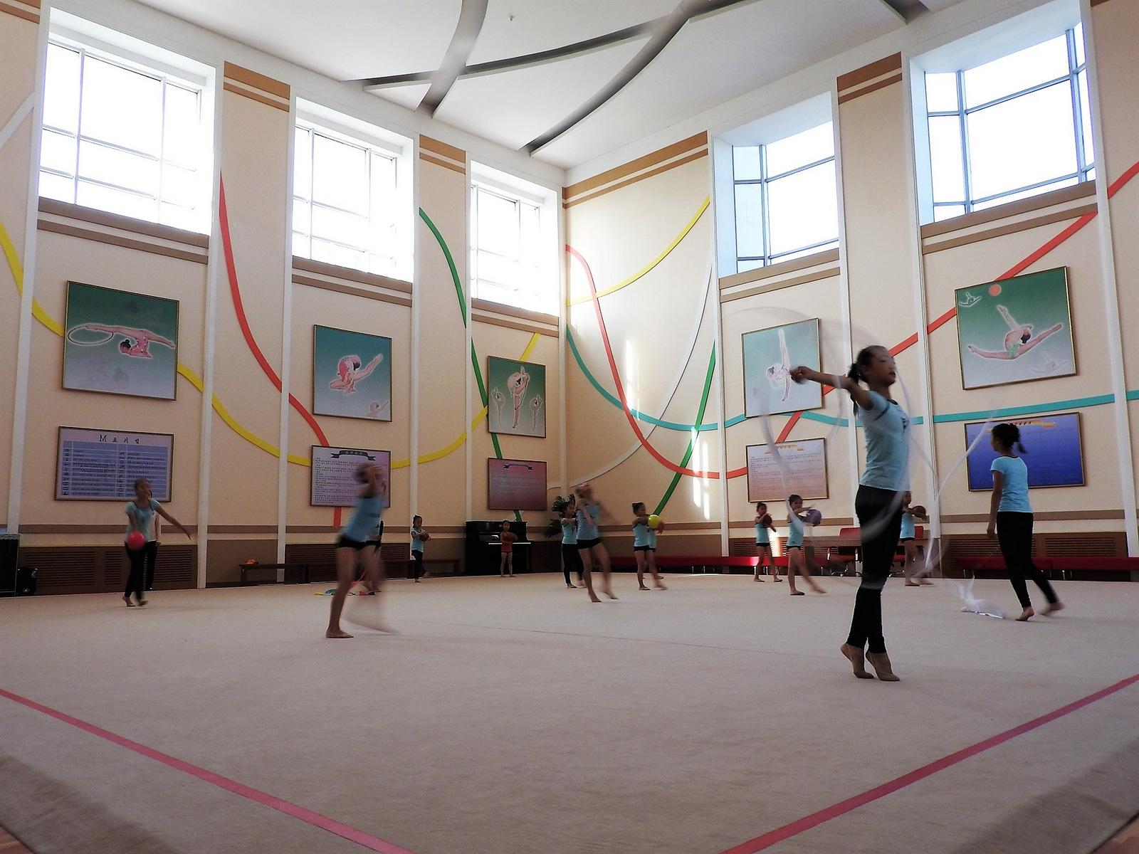 Στην ακαδημία  Mangyongdae στην Πιονγιάνγκ περίπου 5000 παιδιά κάθε μέρα μαθαίνουν-  εντελώς δωρεάν- χορό, κορεατική και ξένη μουσική, υπολογιστές,  καλλιγραφία, ενώ σημαντικό βάρος δίνεται στις αθλητικές  δραστηριότητες.
