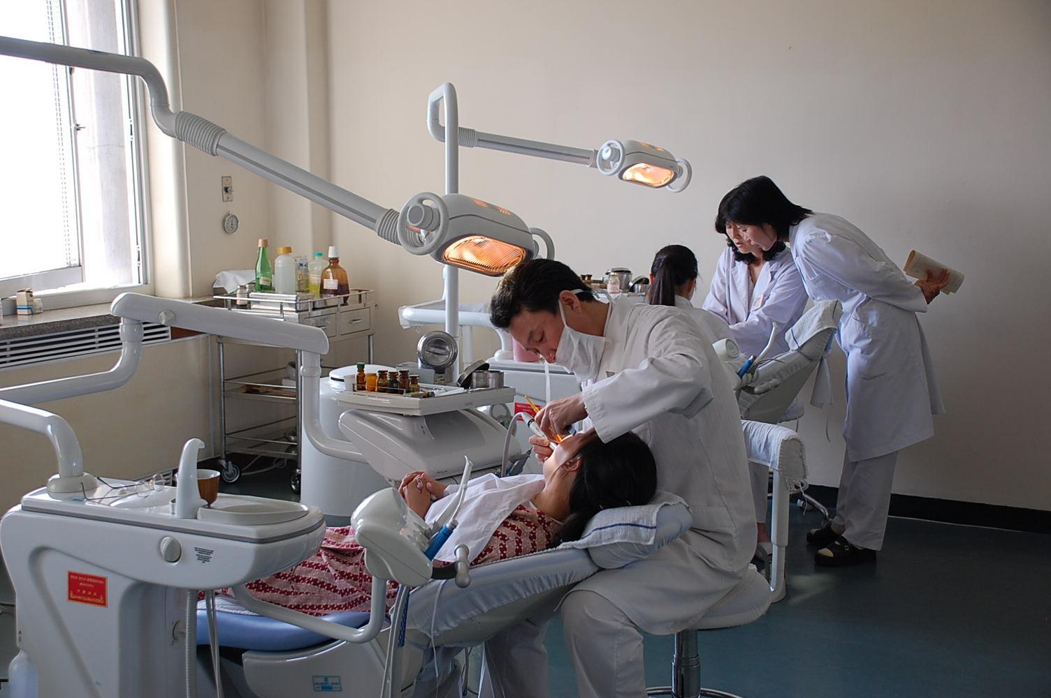 Οδοντίατροι εξετάζουν  ασθενείς σε νοσοκομείο της Πιονγιάνγκ.