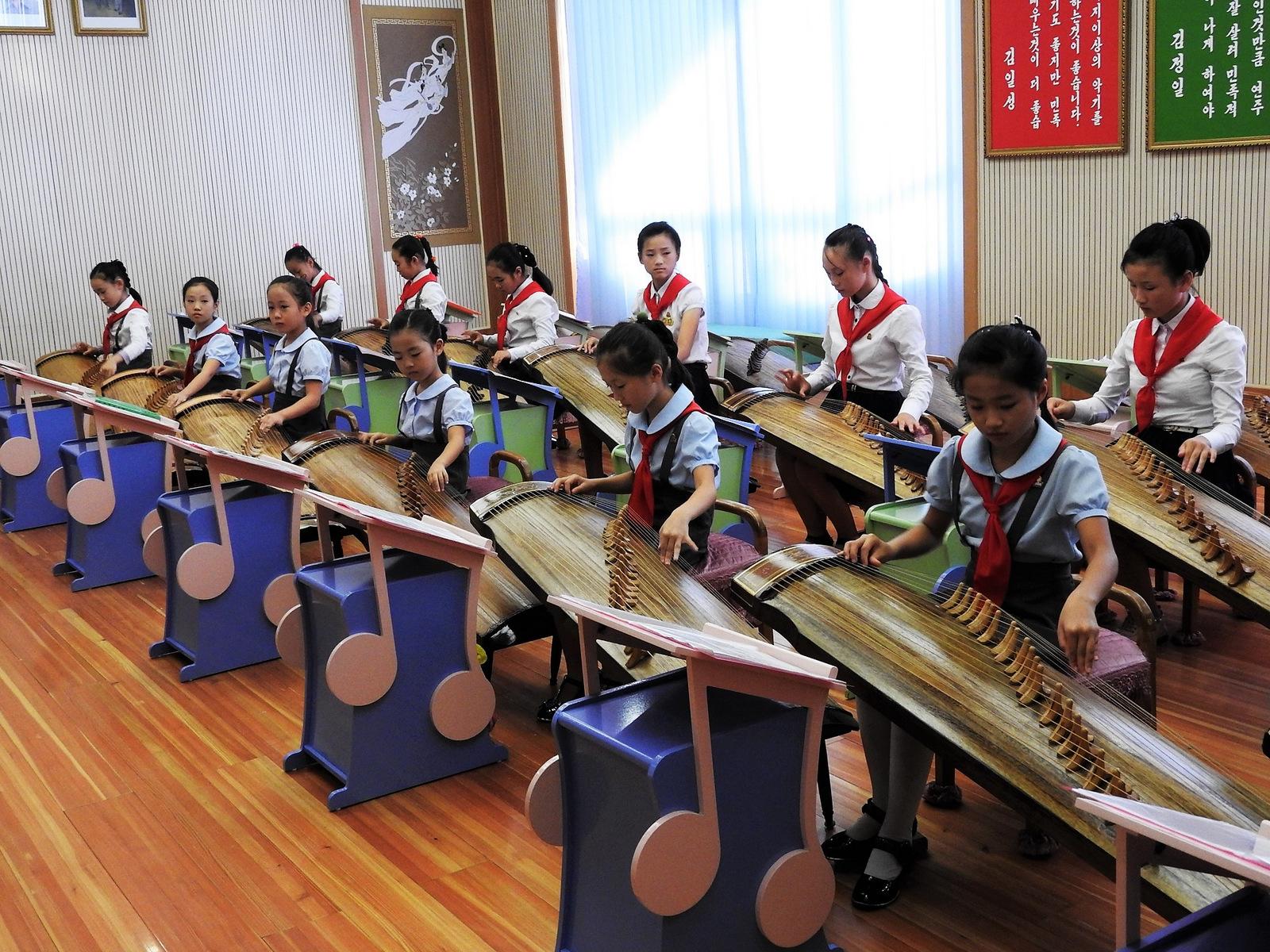 Μαθαίνοντας το παραδοσιακό κορεατικό μουσικό όργανο Kayagun.