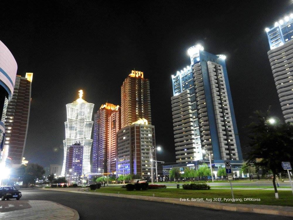 Εντυπωσιακοί ουρανοξύστες σε κεντρικό σημείο της πρωτεύουσας Πιονγιάνγκ. Παρά την προπαγάνδα των δυτικών ΜΜΕ, οι υποδομές στη Β.Κορέα παρουσιάζουν σημαντική βελτίωση.