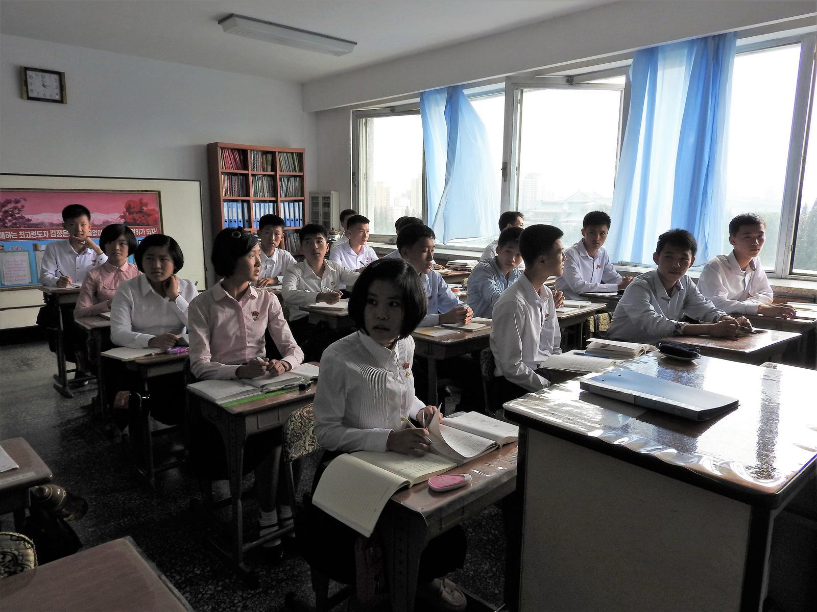 Μαθητές γυμνασίου σε σχολείο της πρωτεύουσας. Οι βορειοκορεάτες μαθητές μίλησαν για την ανάγκη να υπάρξει ειρήνη και να πάψουν οι απειλές ενάντια στη χώρα τους