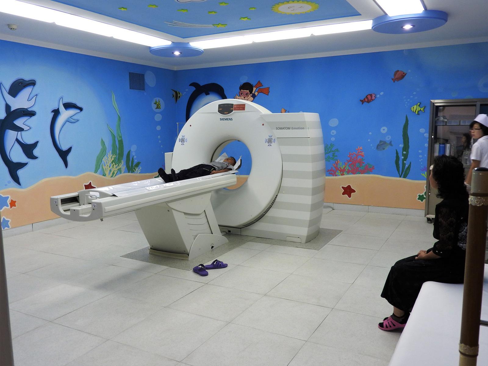 Αίθουσα  εξετάσεων στο Παιδικό Νοσοκομείο Okryu, ένα εξαώροφο  κτίριο 300 κλινών. Οι νέες κυρώσεις που επέβαλαν πρόσφατα  οι ΗΠΑ αποτελούν εμπόδιο για εισαγωγές σύγχρονων  μηχανημάτων στη ΛΔΒΚ.