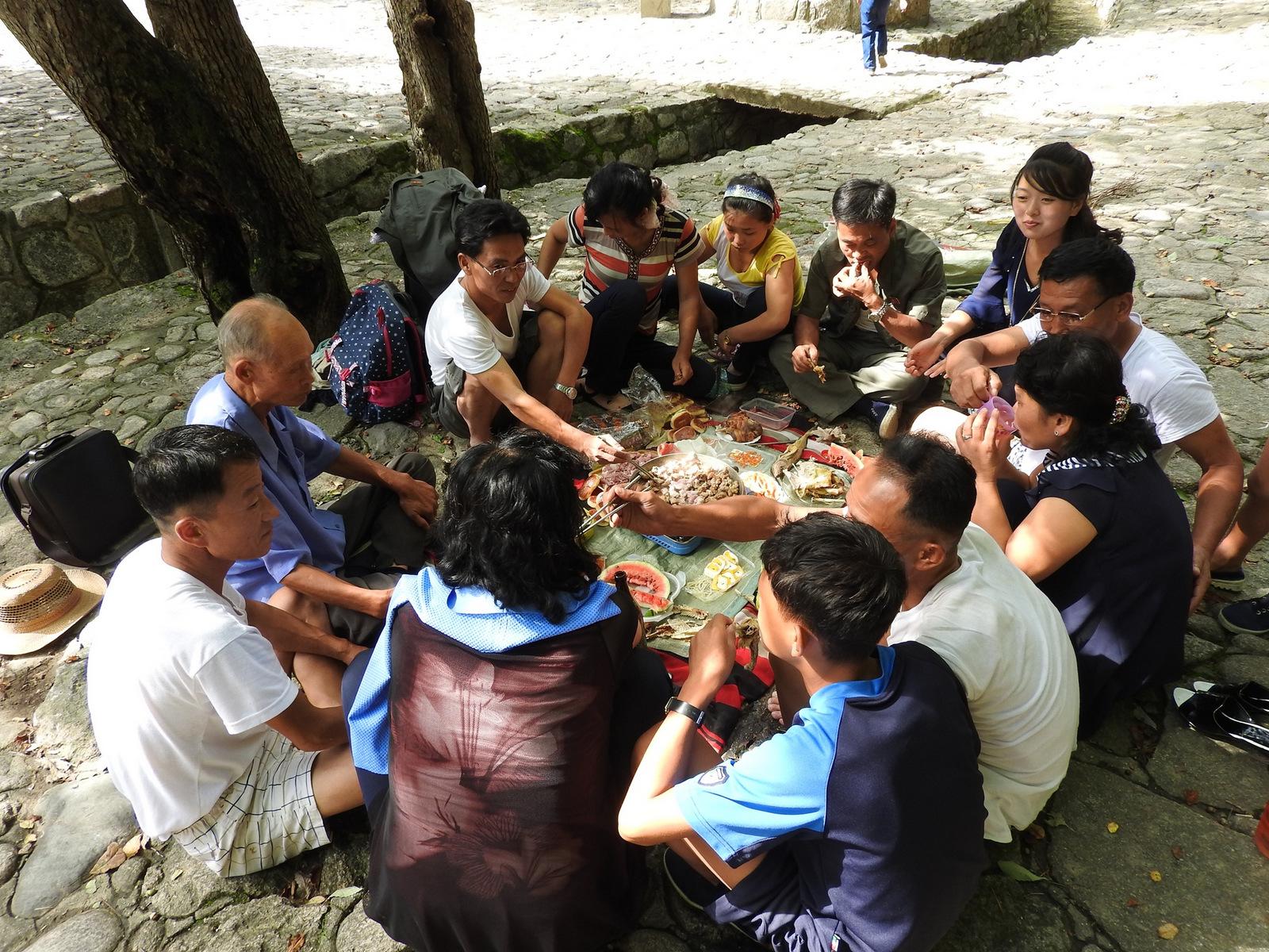Παρέα βορειοκορεατών κάνουν πικ νικ κοντά στην περιοχή των καταρρακτών Πακυόνγκ, 100 χιλιόμετρα από την πρωτεύουσα.