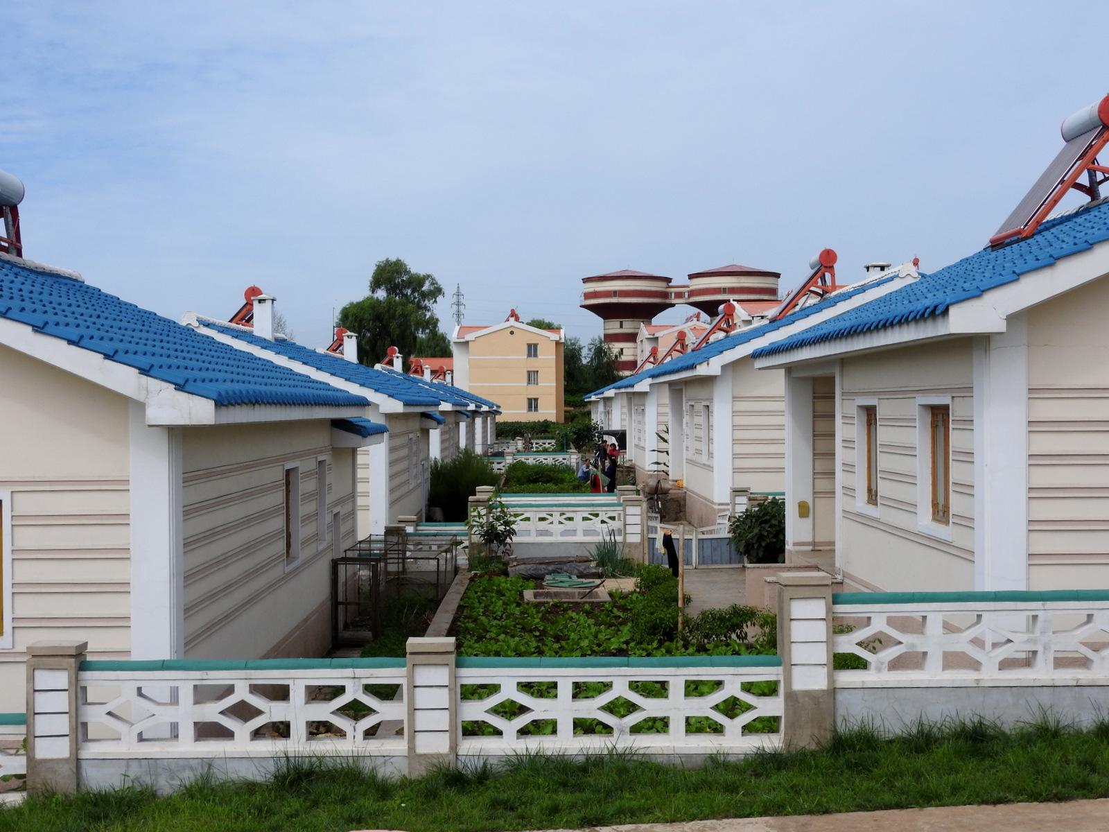 Μικροί κήποι στον αγροτικό συνεταιρισμό Jangchon. Τα σπίτια  είναι πλήρως εξοπλισμένα, με ηλιακούς θερμοσίφωνες  και φυσικό αέριο για τις συσκευές της κουζίνας.