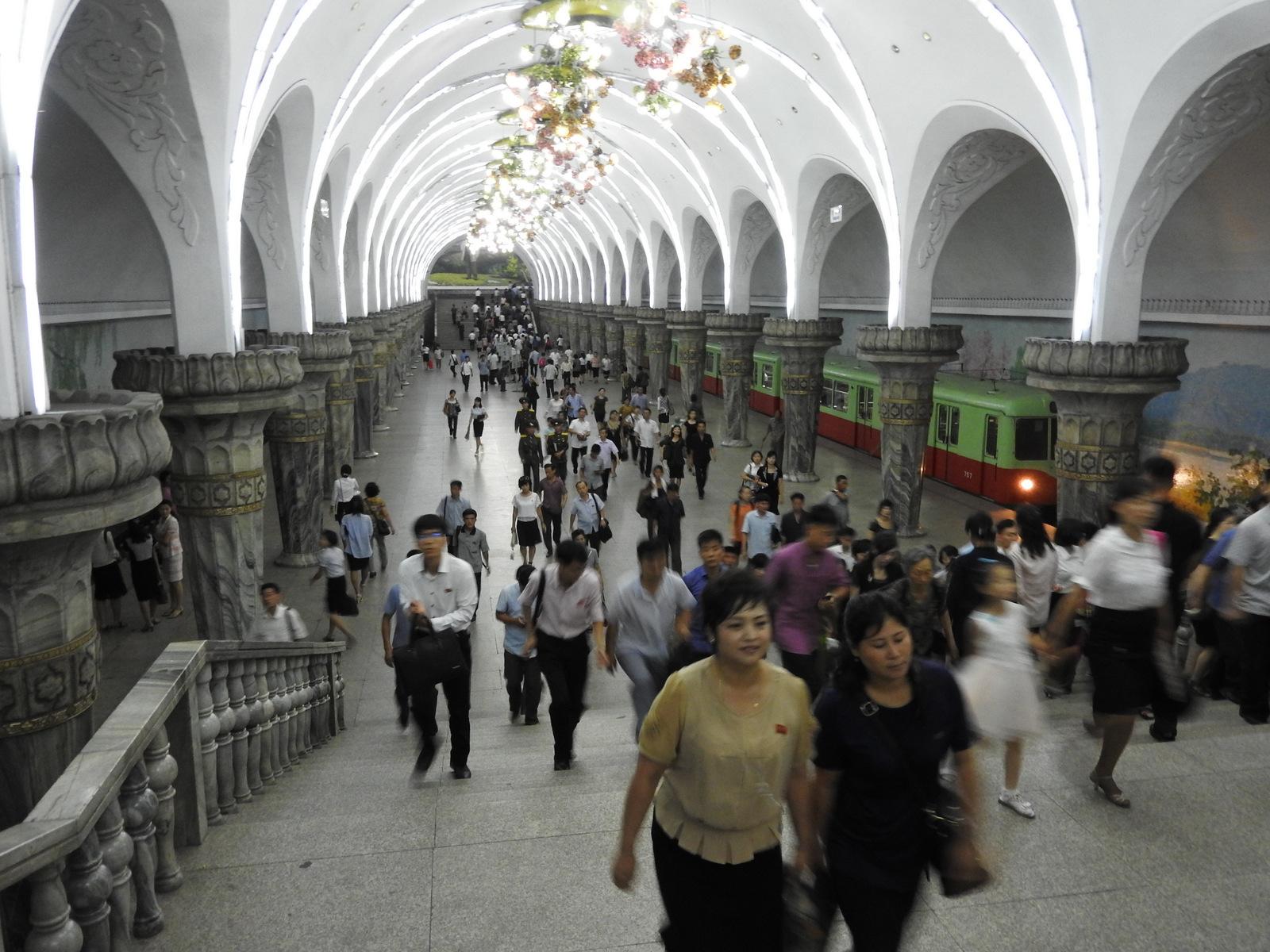 Κεντρικός σταθμός  του μετρό της Πιονγιάνγκ, το οποίο διακρίνεται για  την απλότητα του, την όμορφη αισθητική, με έντονη την παρουσία  του μάρμαρου και των τοιχογραφιών.