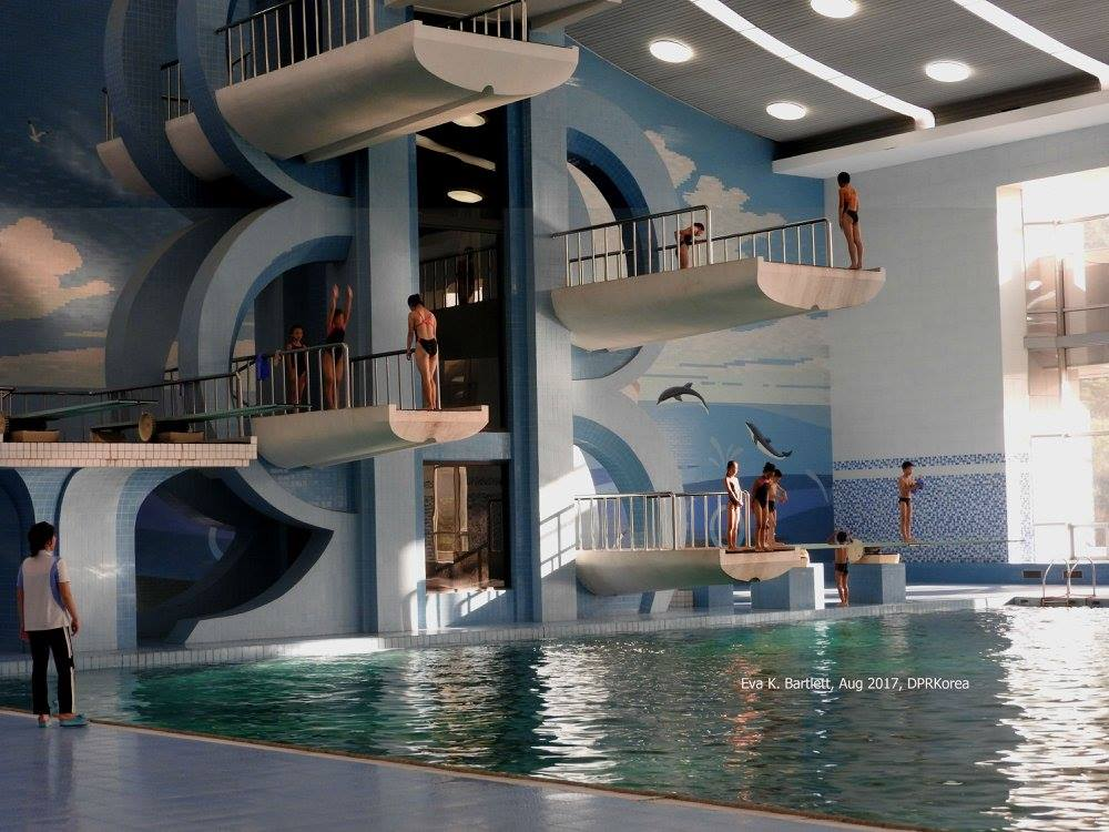 Κολύμβηση και αθλητισμός στην Ακαδημία Mangyongdae της Πιονγιάνγκ.