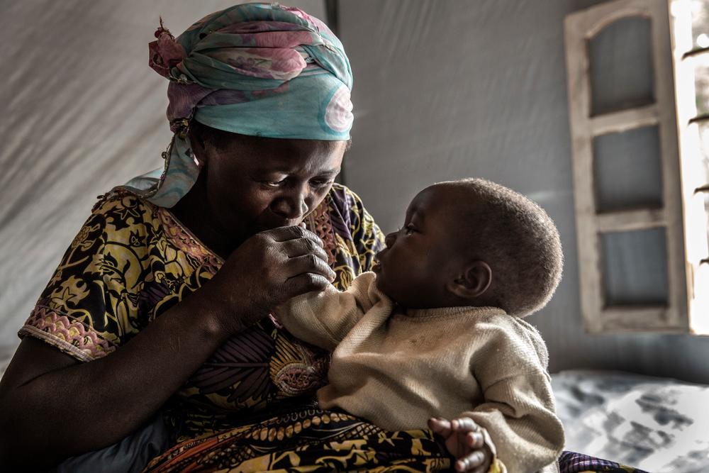 Λαϊκή Δημοκρατία Κονγκό: Μια μητέρα σε τρυφερή στιγμή με το μωρό της στη μονάδα των Γιατρών Χωρίς Σύνορα στην Κατάνα. Πριν από τη δημιουργία της μονάδας αυτής, η θεραπεία για τη χολέρα κόστιζε περίπου 35 δολάρια. Πολλοί ασθενείς από τις αγροτικές περιοχές γύρω από την Κατάνα δυσκολεύονταν πολύ για να καλύψουν το κόστος και ως εκ τούτου έπρεπε να περιμένουν πολύ για να λάβουν θεραπεία. (Οκτώβριος 2017). πηγη: Marta Soszynska/MSF
