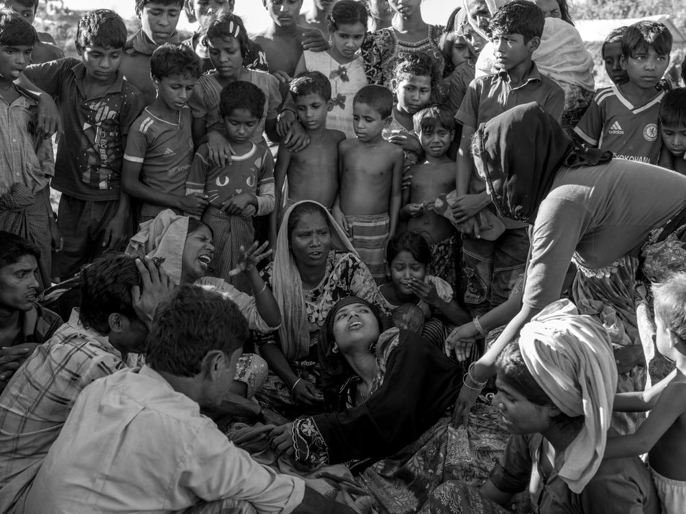 Μπανγκλαντές: Οι συγγενείς της Αμίνα Κατούν, μιας 60χρονης πρόσφυγα Ροχίνγκια, που πέθανε από επιπλοκές που συνδέονται με τον υποσιτισμό, πενθούν δίπλα από τη σορό της στον καταυλισμό Μπαλουκχαλί. (Οκτώβριος 2017). πηγη: Moises Saman/Magnum Photos for MSF