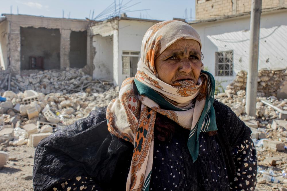 Συρία: Η Αμνέχ έφυγε με την οικογένειά της από την συνοικία Αλ Μισλάμπ ανατολικά της Ράκα, πριν από οκτώ μήνες. Επέστρεψε μετά από καιρό για να ελέγξει το σπίτι της. Τα περισσότερα σπίτια στην περιοχή είχαν καταστραφεί. Η Αμνέχ στέκεται μπροστά από τα ερείπια του σπιτιού της εγγονής της. «Θα προσπαθήσουμε να το ξαναφτιάξουμε, αλλά δεν υπάρχουν ακόμη υπηρεσίες στην περιοχή» λέει. (Νοέμβριος 2017) πηγη: Diala Ghassan/MSF