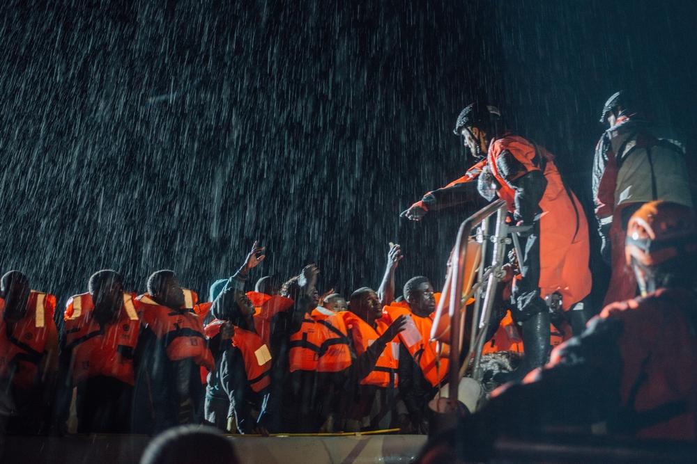 Μεσόγειος: Οι Γιατροί Χωρίς Σύνορα μαζί με την οργάνωση SOS Mediterannee επιχειρούν κάτω από αντίξοες καιρικές συνθήκες να διασώσουν πρόσφυγες που διασχίζουν με μια βάρκα τη Μεσόγειο. Η βάρκα ξεκίνησε από τη βόρεια ακτής της Λιβύης. Η αγωνία των προσφύγων είναι ζωγραφισμένη στα πρόσωπά τους. (Δεκέμβριος 2016) πηγη: Kevin McElvaney