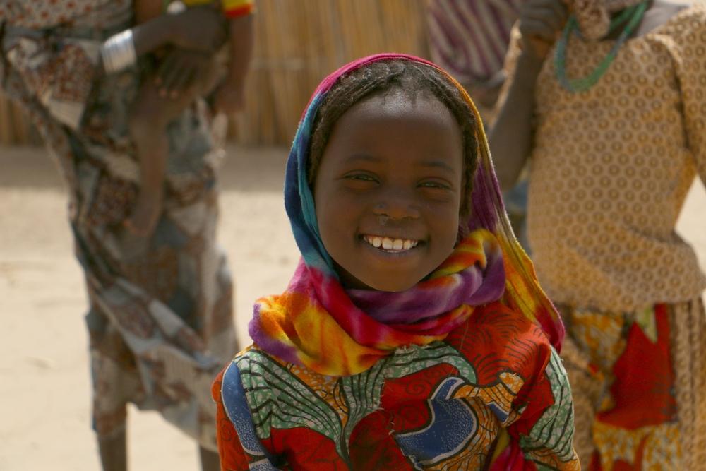 Λίμνη Τσαντ: Περίπου 250 οικογένειες ζουν αυτή τη στιγμή σε επισφαλή κατάσταση στις όχθες της λίμνης Τσαντ, κοντά στο Κουλκιμέ. Οι περισσότεροι είναι ψαράδες και αγρότες ήδη εκτοπισμένοι από το 2015. Αποφάσισαν και πάλι να μετακινηθούν για να βρουν ένα ασφαλέστερο μέρος για να ζήσουν. Η έλλειψη κατάλληλης στέγασης και η δυσκολία πρόσβασης σε πόσιμο νερό είναι τα βασικότερα προβλήματα που αντιμετωπίζουν. Τα παιδιά όμως δεν χάνουν την ελπίδα τους και χαρίζουν απλόχερα ένα φωτεινό χαμόγελο. (Φεβρουάριος 2017) πηγη: Sara Creta/MSF