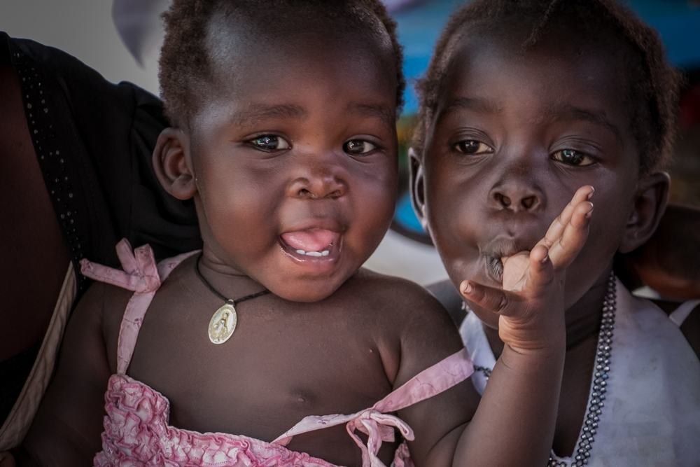 Ουγκάντα: Δύο μικρά κορίτσια βρίσκονται στην κλινική των Γιατρών Χωρίς Σύνορα στον προσφυγικό καταυλισμό Παλορίνγια στην Ουγκάντα. Στα πρόσωπά τους καθρεφτίζεται η ελπίδα. Υπάρχει τεράστια έλλειψη στην παροχή υγειονομικής περίθαλψης στον καταυλισμό. Οι Γιατροί Χωρίς Σύνορα δημιουργούν κλινικές για να καλύψουν τις ανάγκες του αυξανόμενου πληθυσμού. (Φεβρουάριος 2017) πηγη: Fabio Basone/MSF
