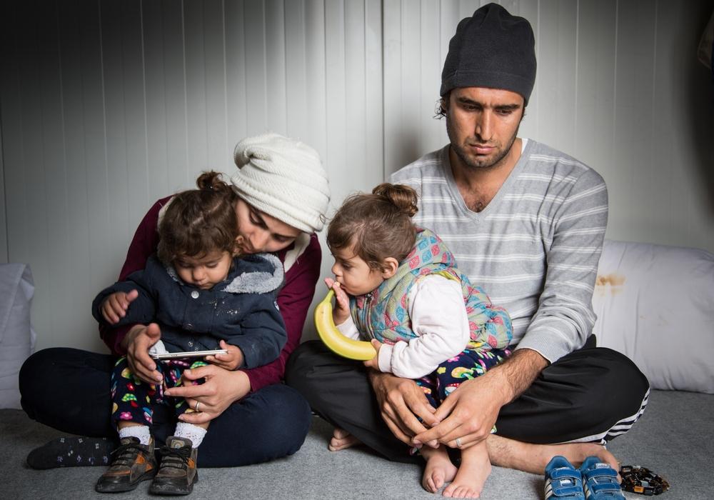 Ελλάδα: Ο Καρόν, η σύζυγός του και τα δίδυμα παιδιά τους έχουν εγκλωβιστεί στη Λέσβο από τον Αύγουστο του 2016. Το όνειρό τους είναι να ξεκινήσουν μία νέα ζωή στην Ευρώπη. «Αυτό που είδα εγώ στο Ιράκ, δεν θέλω να το δουν ξανά τα παιδιά μου. Αυτός είναι ο λόγος που εγκαταλείψαμε τη χώρα μας. Το όνειρό μου είναι τα παιδιά μου να ζήσουν σε μια όμορφη χώρα χωρίς πόλεμο, χωρίς αιματοχυσίες. Αυτό είναι το μόνο που επιθυμώ» λέει ο Καρόν. (Μάρτιος 2017) πηγη: Giuseppe La Rosa/MSF