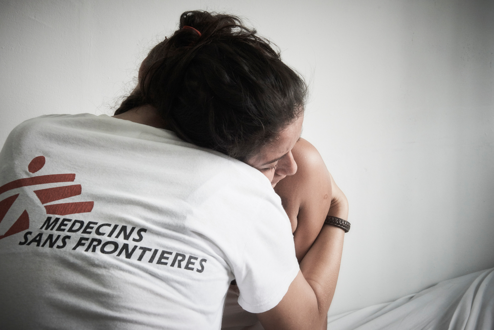 Ονδούρα: Η Σίνθια (το όνομα δεν είναι πραγματικό) είναι μια 18χρονη ασθενής που έφτασε στην κλινική των Γιατρών Χωρίς Σύνορα στην πόλη Χολόμα για ιατρική και ψυχολογική φροντίδα. Η Σίνθια έχει υποστεί οικογενειακή βία. Είναι δύο μηνών έγκυος. Μια αγκαλιά είναι πάντα ανακουφιστική. (Ιούνιος 2017) πηγη: Christina Simons/MSF