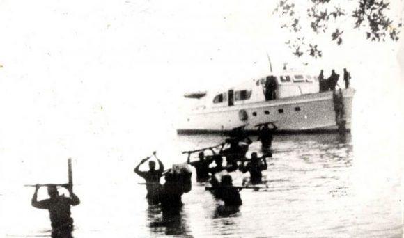 Οι αποστολείς του σκάφους Granma αποβιβάζονται από το Los Cayuelos, δύο χιλιόμετρα από την παραλία Las Coloradas, στην ανατολική Κούβα, στις 2 Δεκεμβρίου 1956. Πηγή: εφημερίδα Granma.