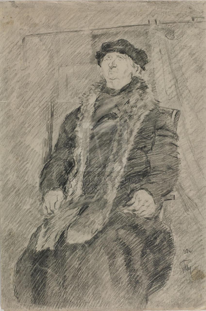 Ασπρόμαυρη σύνθεση που απεικονίζει ντυμένη μορφή που κάθεται σε καρέκλα με ψηλή πλάτη. Η μορφή φορά καπέλο και σκούρο μακρύ ένδυμα που αφήνει ακάλυπτες μόνο τις παλάμες, ενώ γύρω από το λαιμό έχει περασμένο μακρύ γούνινο φουλάρι που φτάνει ως τα γόνατά της. Έχει ευθυτενή πλάτη και κοιτά ευθεία μπροστά και προς τα πάνω. Είναι ειδωμένη από χαμηλά. Πίσω από τη μορφή απεικονίζεται αχνότερα τμήμα εσωτερικού, ίσως παράθυρο με κουρτίνα. Το φόντο όπως και οι πτυχώσεις του ενδύματος αποδίδονται με πυκνή γραμμική σκίαση διαγώνιας διεύθυνσης.