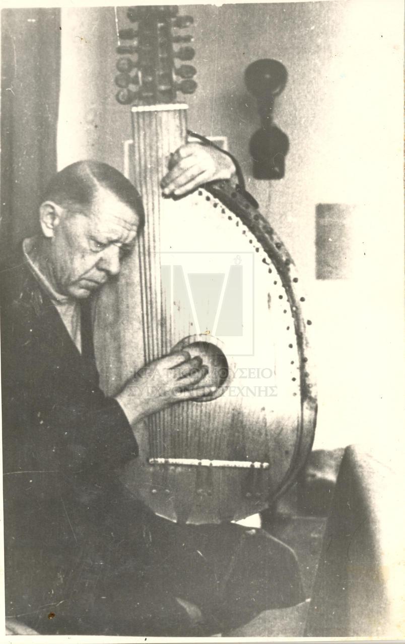 Εικονίζεται ο Βλαντίμιρ Τάτλιν σε μεγάλη ηλικία να παίζει μπαντούρα