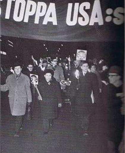 Ο Ούλοφ Πάλμε τότε υπουργός Παιδείας, διαδηλώνει στην Στοκχόλμη μαζί με τον πρέσβη της Λ.Δ του Βιετνάμ στην Μόσχα, Νhuyen Tho Chyan τον Φεβρουάριο του 1968