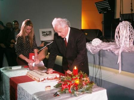 7. Ο Πρόεδρος της Τ.Ο. Ν.Δ. Ν. Ιωνίας Συμεών Χατζηαγγελήςκόβει κομμάτι της πίτας της Ενότητας