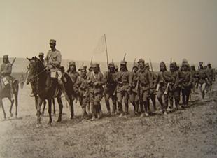 Έλληνες στρατιώτες της 9ης Μεραρχίας διασχίζουν την Αλμυρά Έρημο, Αύγουστος 1921.