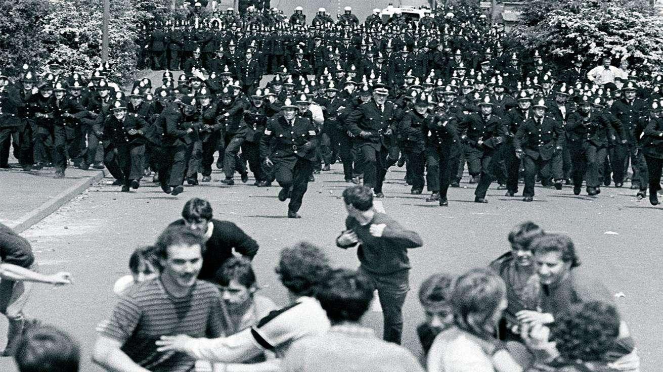Αστυνομικές δυνάμεις καταδιώκουν εργαζόμενους, κατά τη διάρκεις των μεγάλων απεργιών 1984-85.