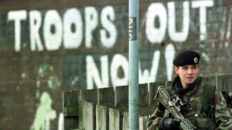 Σύνθημα στον τοίχο: Να φύγουν τα αγγλικά στρατεύματα.