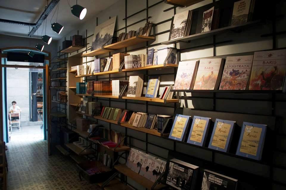 Βιβλιοπωλείο και καφέ Εκδόσεων «Ιστός» κοντά στην Ιστικλάλ