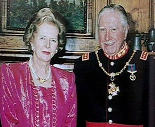 Με τον στενό της φίλο, τον χιλιανό δικτάτορα Αουγούστο Πινοσέτ.