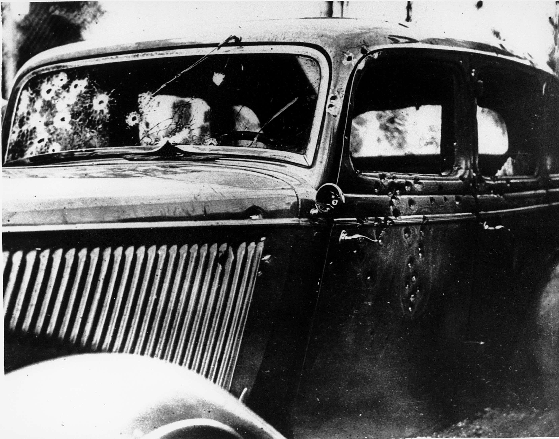 Το αυτοκίνητο των Μπόνι και Κλάιντ Μπάροου, έχει γίνει «κόσκινο» από τις σφαίρες των αστυνομικών που τους είχαν στήσει ενέδρα την προηγούμενη ημέρα,23 Μαΐου1934