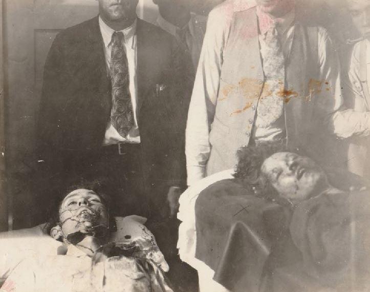 Η Μπόνι Πάρκερ και ο Κλάιντ Μπάροου κείτονται νεκροί στο νεκροτομείο της Αρκάντια της Λουιζιάνα, το 1934Η Μπόνι Πάρκερ και ο Κλάιντ Μπάροου κείτονται νεκροί στο νεκροτομείο της Αρκάντια της Λουιζιάνα, το 1934