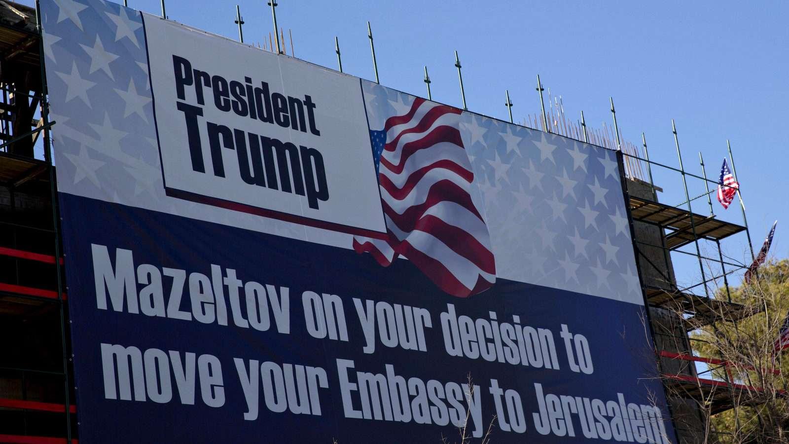 """Γιγανταία πινακίδα σε κτίριο της Ιερουσαλήμ """"ευχαριστεί"""" τον Τραμπ για την απόφαση του να μεταφέρει την πρεσβεία των ΗΠΑ στην πόλη."""