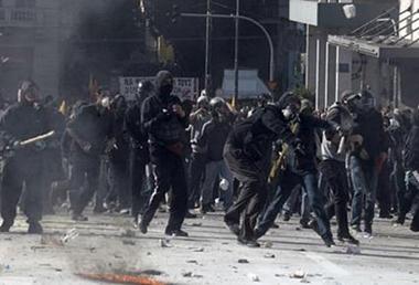 Κουκουλοφόροι κατά τη διάρκεια της δολοφονικής επίθεσης στην συγκέντρωση του ΠΑΜΕ, Οκτώβρης 2011.