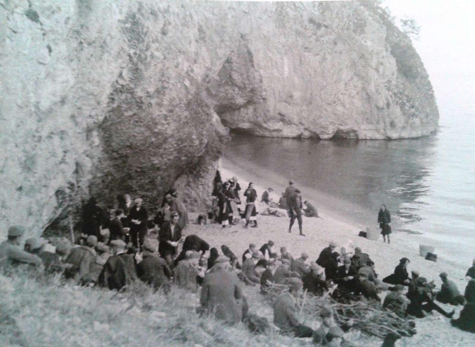 Μοναδική φωτογραφία με κατοίκους των Πρεσπών και μαχητές του ΔΣΕ σε ώρα ανάπαυλας στις ακτές των Πρεσπών
