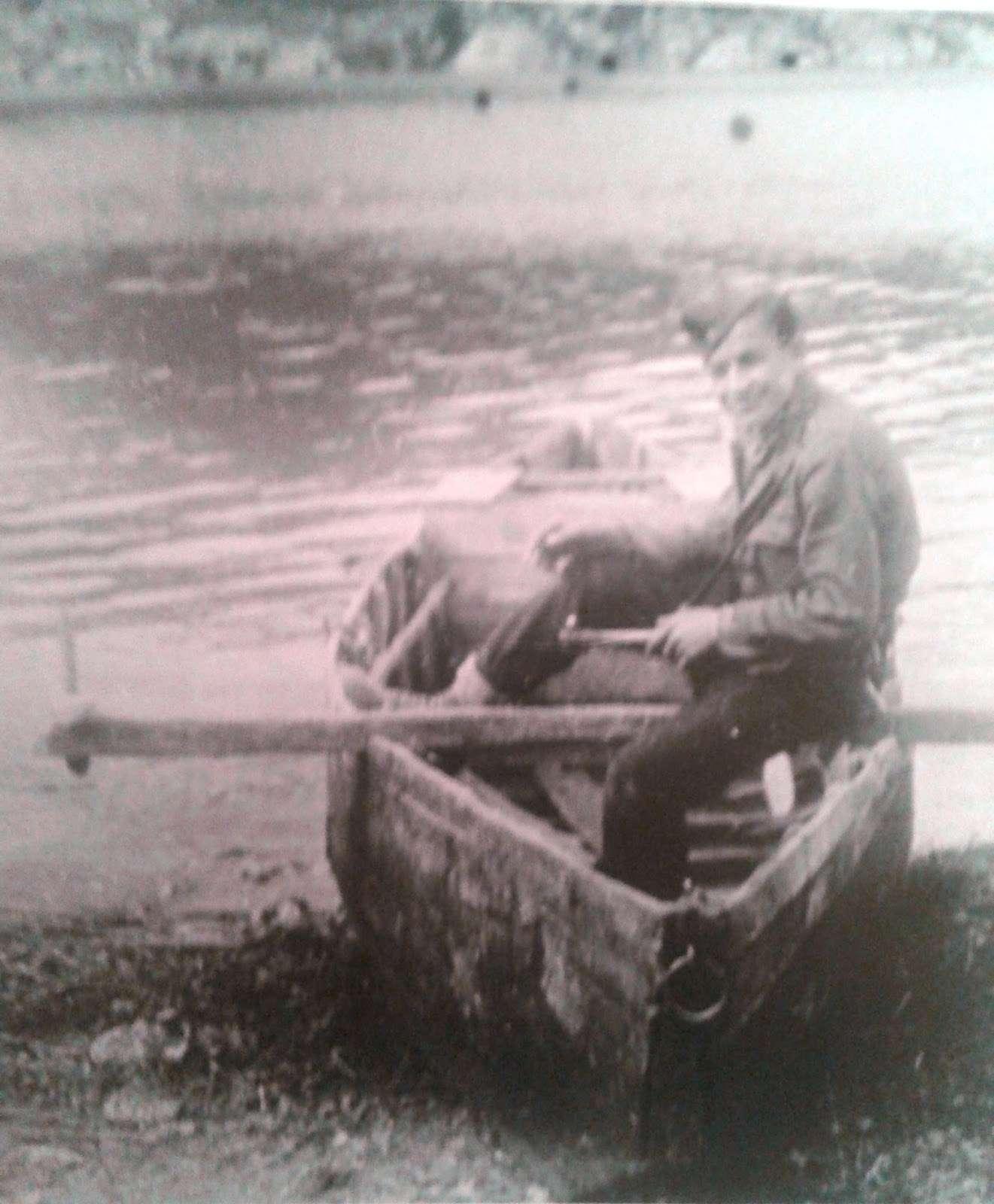 Μαχητής του ΔΣΕ σε βάρκα στη λίμνη των Πρεσπών