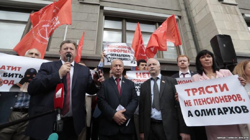 Βουλευτές του ΚΚ της Ρωσικής Ομοσπονδίας σε συγκέντρωση έξω από τη Δούμα.